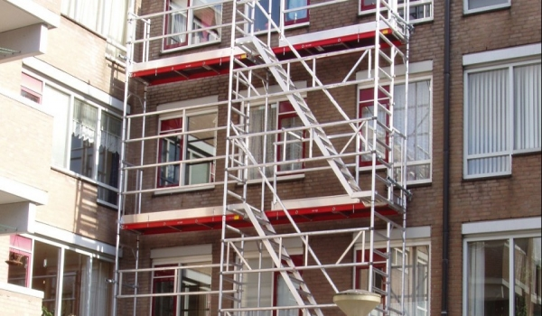 From 7Bft, you must disassemble the scaffold or anchor it to the façade. Use an anchoring tube for this purpose.